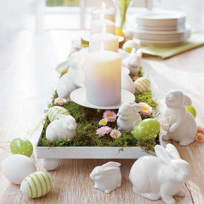 deco-table-paques-a-ne-pas-manquer-tres-jolie-decoration-a-bougies-lapins-oeufs-elements-floraux-au-centre-de-la-table