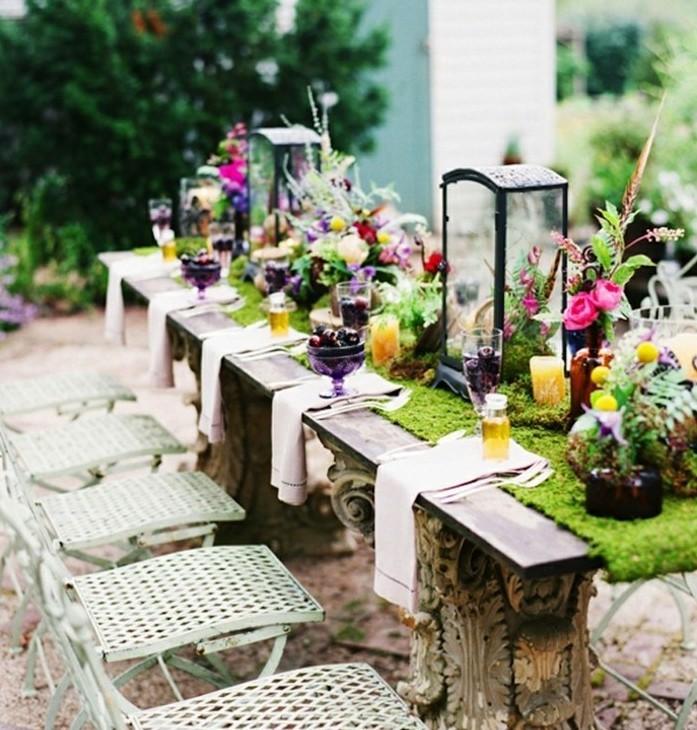 deco-table-paques-amenagee-a-l-exterieur-une-table-qui-abonde-d-elements-deco-multicolores