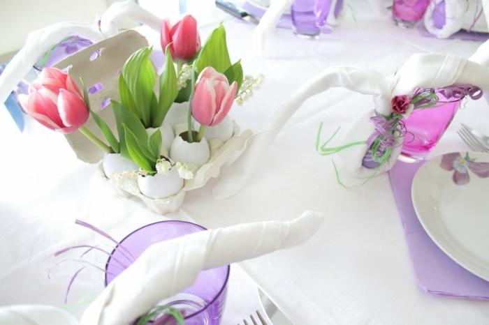 deco-table-paques-extremement-elegante-coquilles-d-oeufs-transformes-en-vases-tulipes-et-beau-couvert-de-table