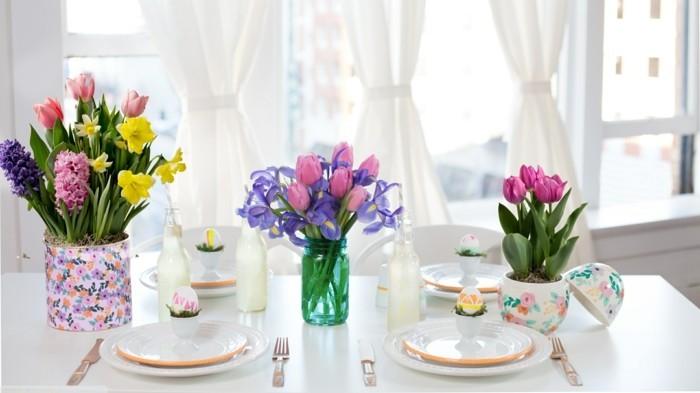 deco-table-paques-extremement-elegante-jolies-vases-de-fleurs-printaniers