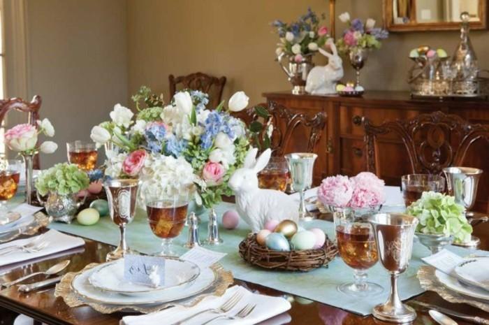 deco-table-paques-exuberante-fleurs-jolie-couvert-de-table-lapin-de-paques-et-oeufs-decoratifs-poses-dans-un-nid-de-paques