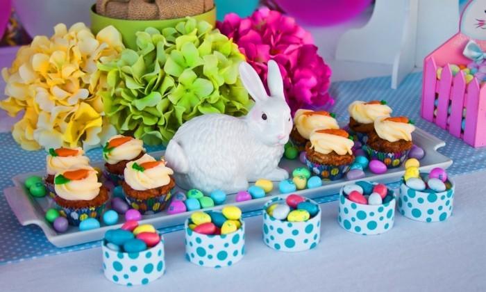deco-table-paques-grosses-fleurs-lapin-blanc-friandises-delicieuses
