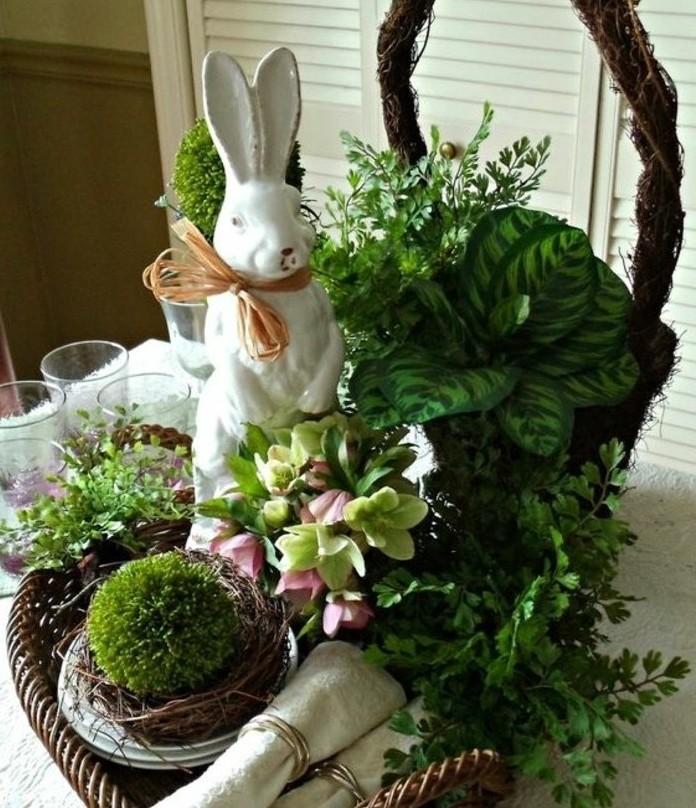 deco-table-paques-magnifique-panier-plein-de-vegetation-ou-niche-une-sculpure-de-lapin