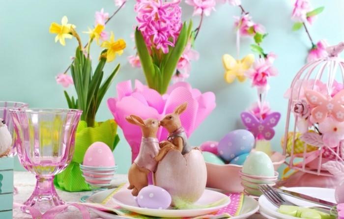deco-table-paques-mignonne-toute-sorte-d-elements-decoratifs-fesifs-couleurs-vives