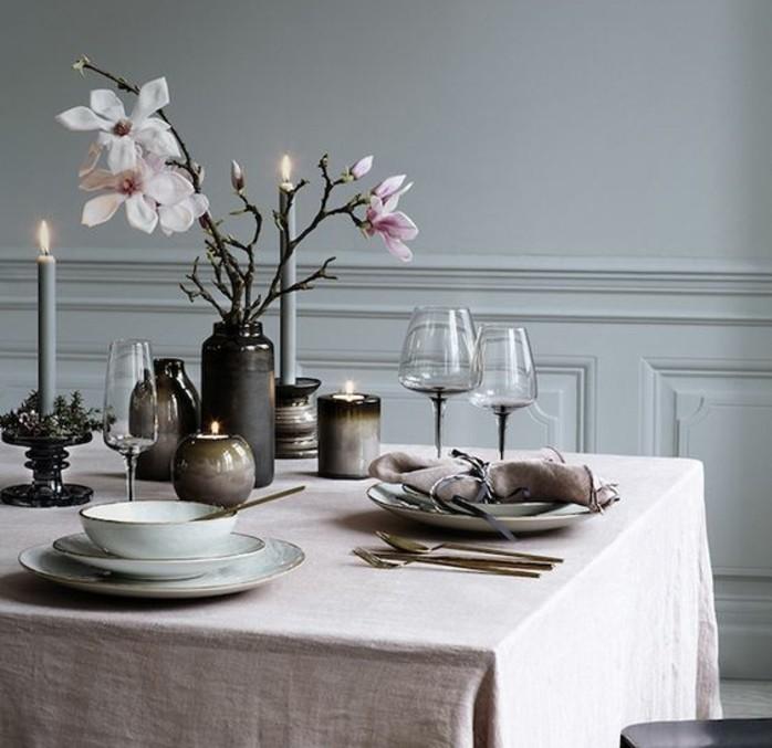 deco-table-paques-plus-austere-rameaux-fleuries-posees-dans-une-vase-chandeliers-et-bougies-suggestion-raffinee