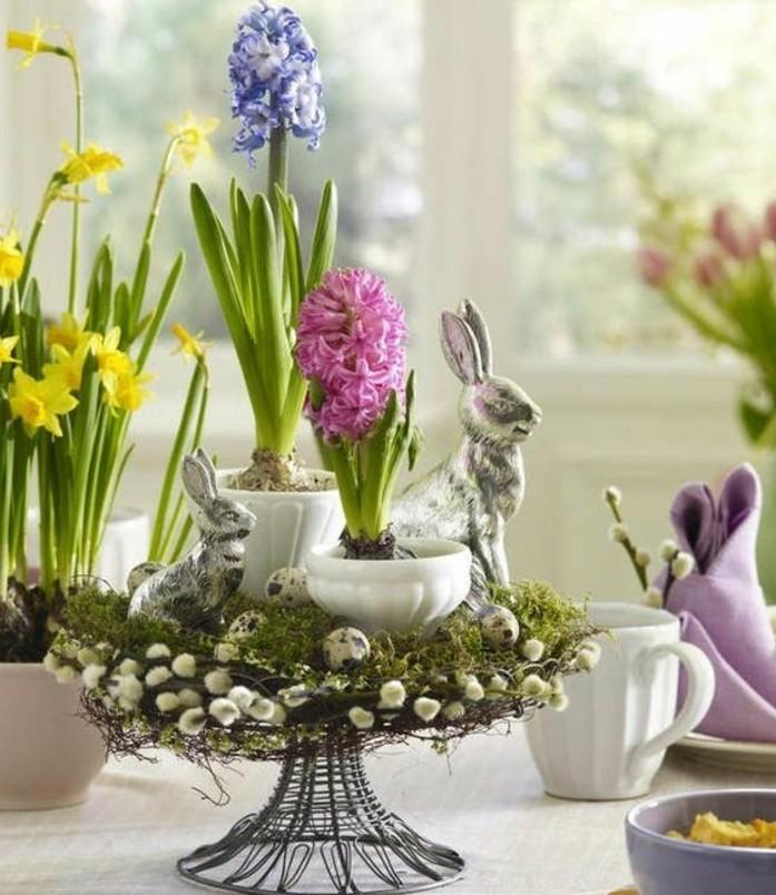 deco-table-paques-suggestion-elegante-deco-florale-compose-de-fleurs-narcisses-et-jacinthes-et-elements-festives-oeufs-lapins