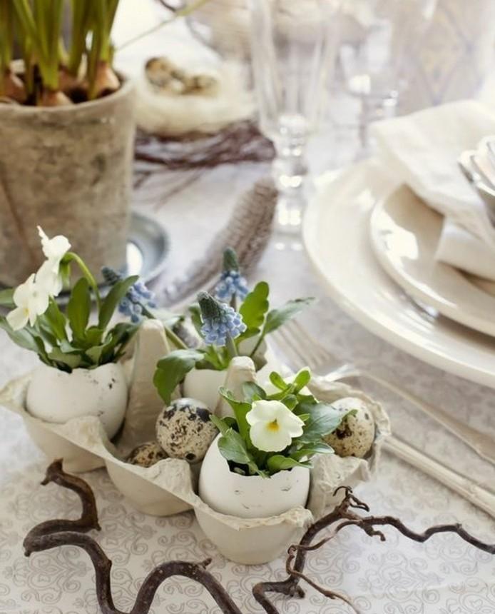 deco-table-paques-tres-elegante-coquilles-d-oeuf-mignons-transformes-en-vases-qui-recoivent-de-petites-fleurs-printaniers