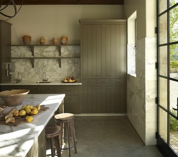 excellente-idee-cuisine-taupe-dans-un-style-rustique-plan-de-travail-et-credence-en-marbre-facade-cuisine-taupe