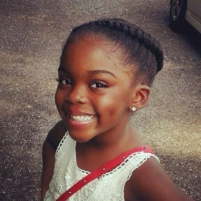 excellente-idee-de-coiffure-petite-fille-afro-coiffure-tresse-africaine-chognon-tresse