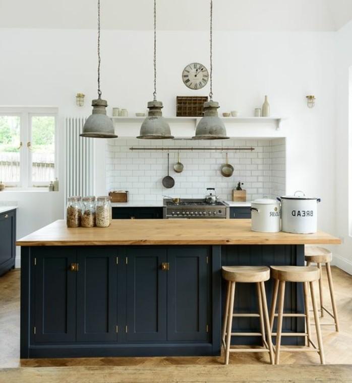 excellente-suggestion-cuisine-industrielle-credence-en-carrelage-blanc-ilot-cuisine-et-facade-cuisine-noirs-tabourets-en-bois-et-suspensions-vintage-industrielles