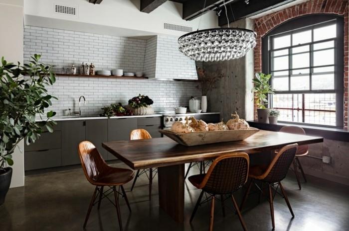 facade-cuisine-taupe-carrelage-mur-blanc-table-et-chaises-en-bois-lustre-tres-elegant-style-loft-industriel