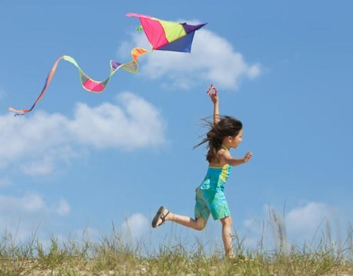 faire-voler-un-cerf-volant-l-activite-prefere-des-enfants-guide-pour-fabriquer-un-cerf-volant-petite-fille-cerv-volant-multicolore