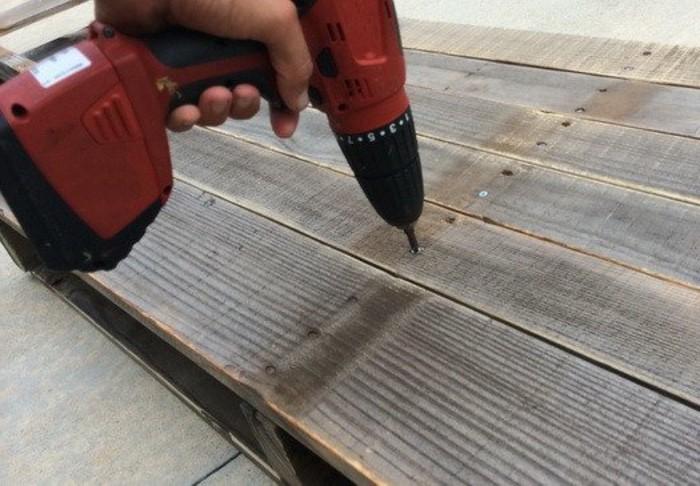 fixer-le-plateau-a-l-aide-de-vis-a-bois-troisieme-etape-de-la-construction-de-notre-bureau-en-palette