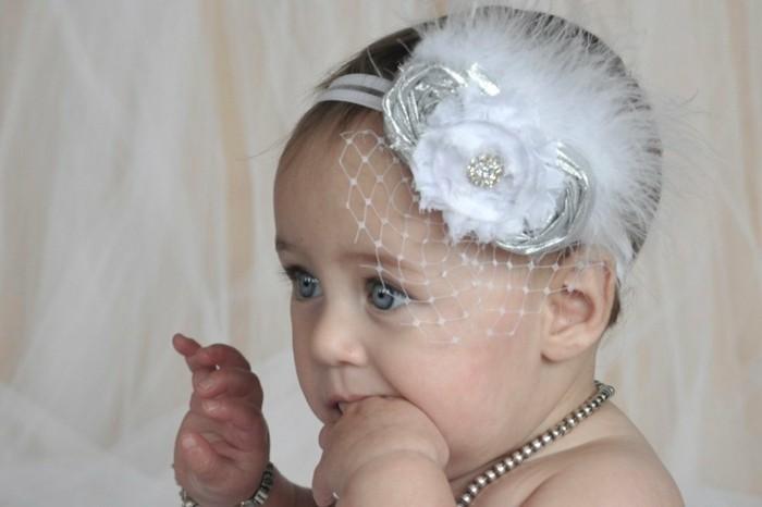 formidable-coiffure-bebe-avec-bandeau-de-tete-blanc-superbe-coiffure-bapteme