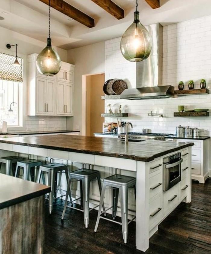 formidable-cuisine-industrielle-carrelage-mur-blanc-ilot-de-cuisine-en-bois-tabouret-inudstriel-suspensions-industrielles-design-interessant