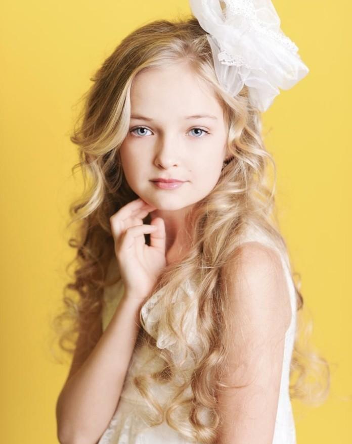 formidable-idee-coiffure-communion-pour-une-fille-cheveux-laches-legerement-ondules-et-grande-fleur-blanche