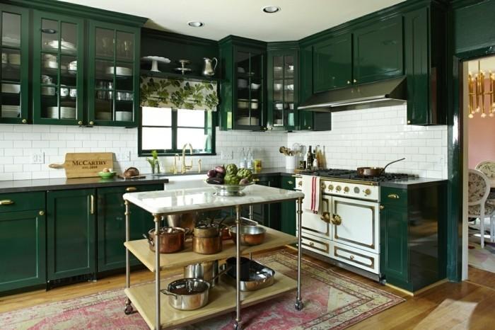 formidable-modele-de-cuisine-industrielle-meuble-cuisine-en-vert-crédence-en-carrelage-blanc-ilot-cuisine-en-métal-à-roulettes-tapis-usé