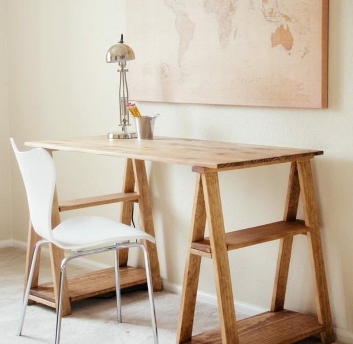 formidable-suggestion-de-bureau-en-palette-design-elegant-chaise-blanche-carte-du-monde