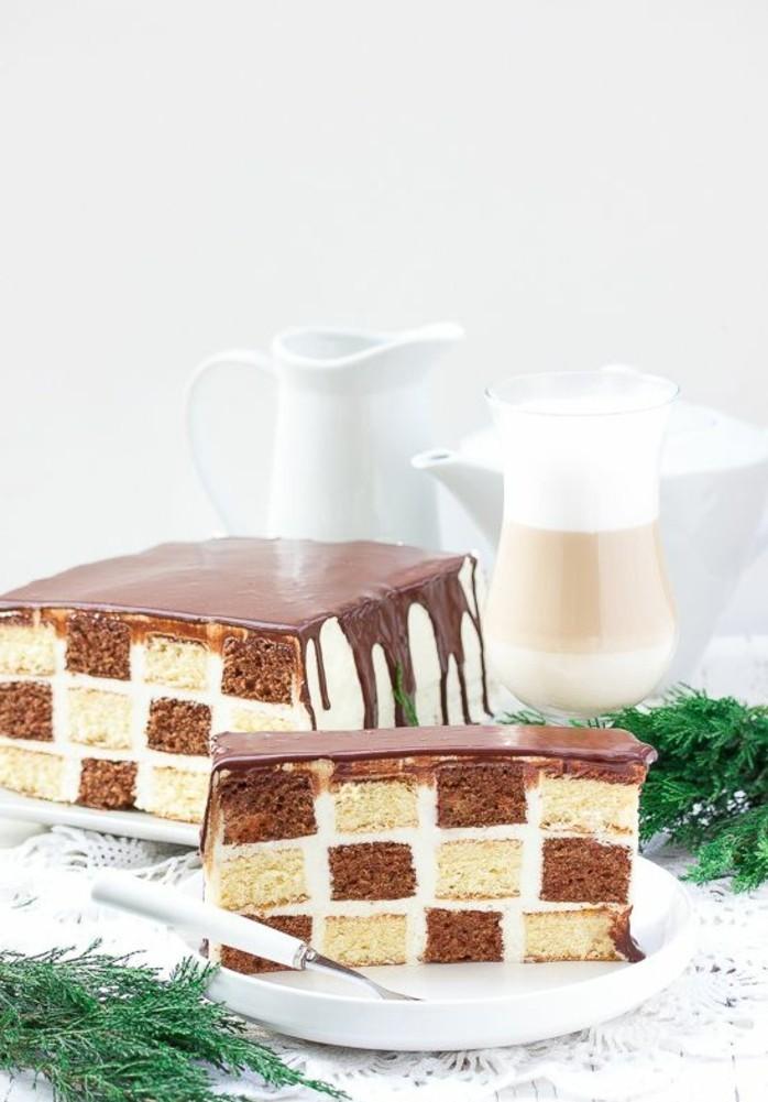 gateau-damier-gateau-classique-en-noir-et-blanc-avec-glacage-chocolat