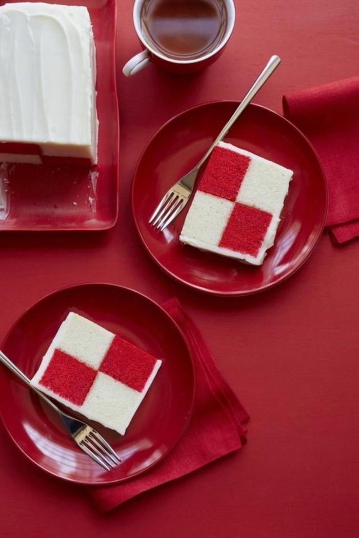 gateau-damier-joli-gateau-en-rose-et-blanc-joliment-servi
