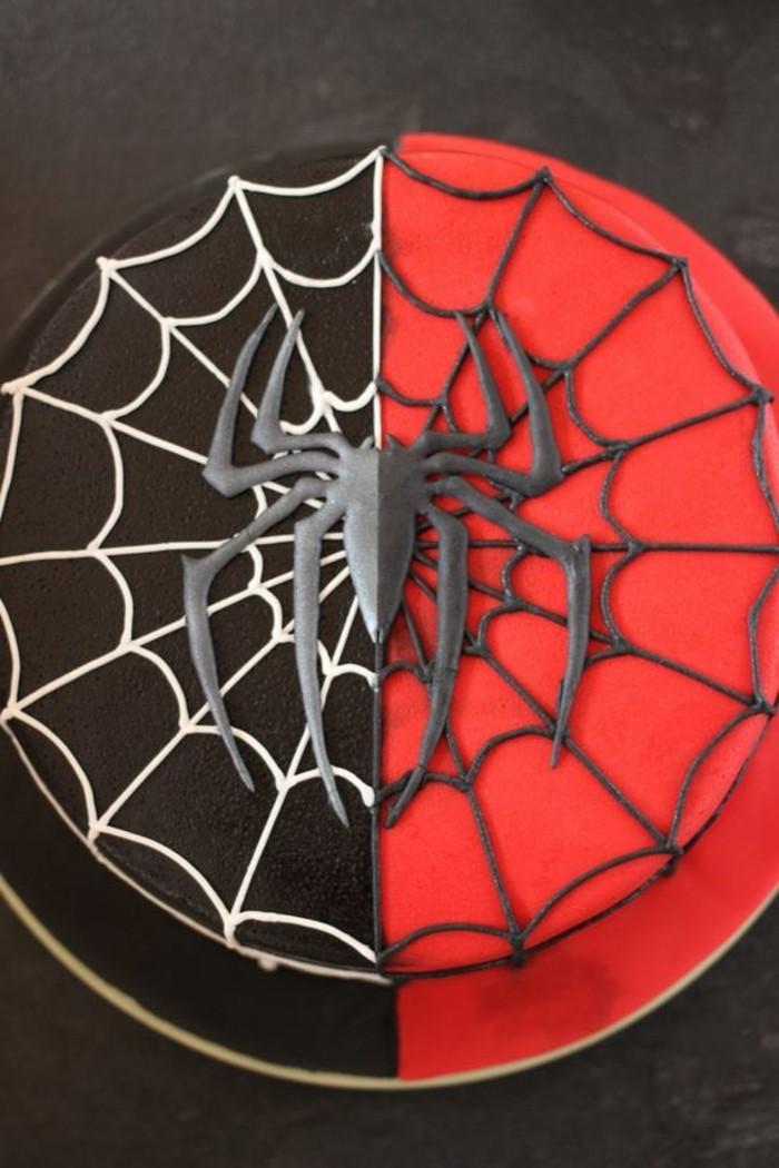 gateau-spiderman-bicolore-pate-a-sucre-et-chocolat