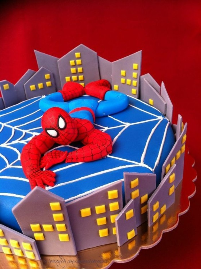 gateau-spiderman-en-bleu-et-marron-spiderman-et-les-gratte-ciels
