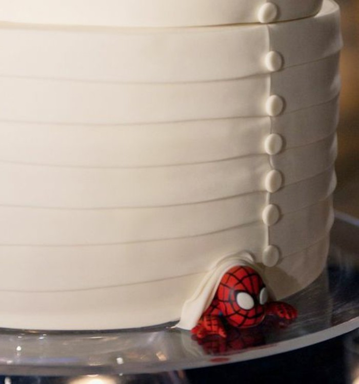 gateau-spiderman-original-petit-spiderman-qui-sechappe