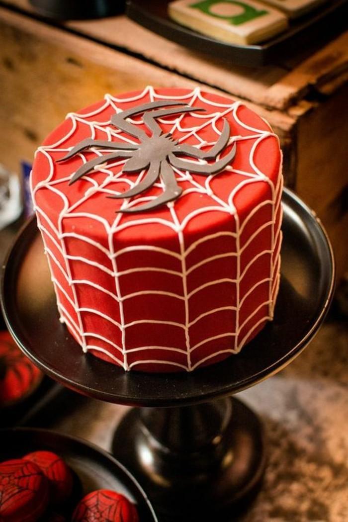 gateau-spiderman-rouge-toile-daraignee-blanche