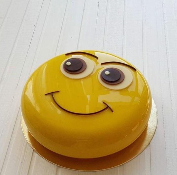glacage-miroir-emoticon-jaune-dessert-original-avec-smiley
