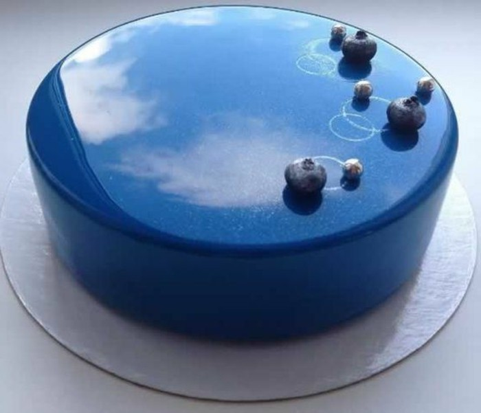 glacage-miroir-bleu-belle-tarte-glacee-de-melange-bleu-delicieux