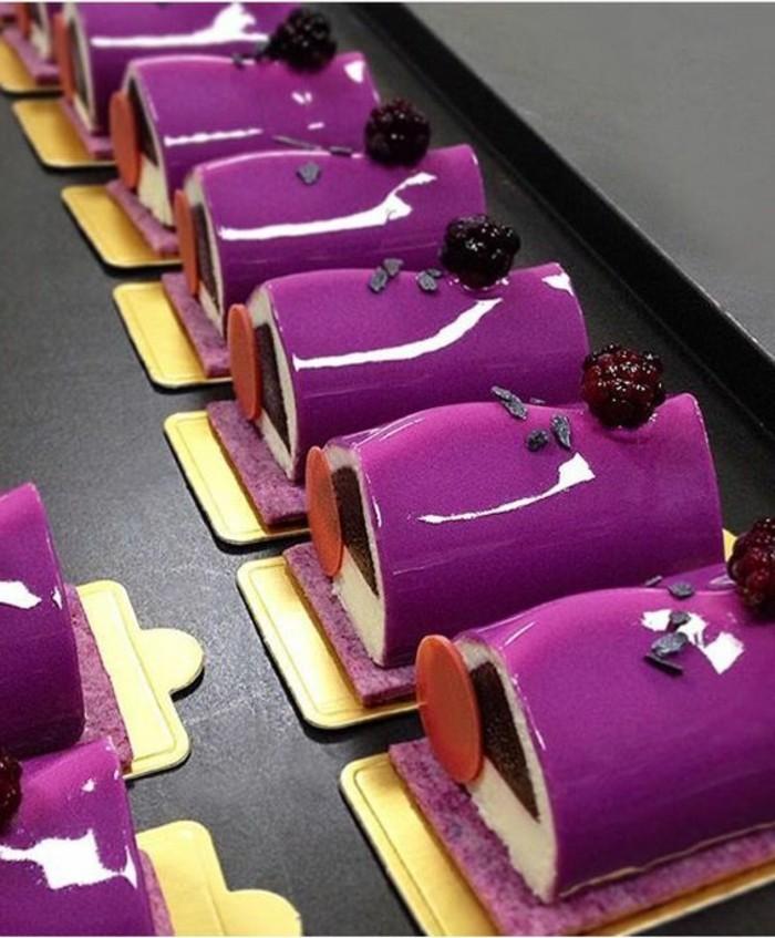 glacage-miroir-buches-avec-nappage-lilas-miroir