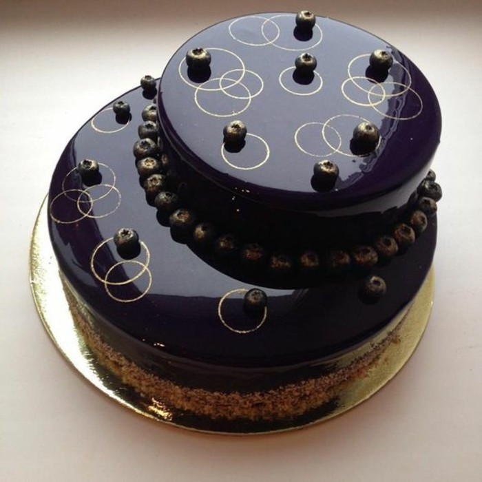 glacage-miroir-chocolat-noir-tarte-originale-avec-beau-glacage