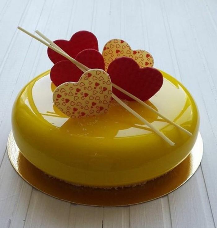 glacage-miroir-couleur-citron-petit-gateau-jaune-glace