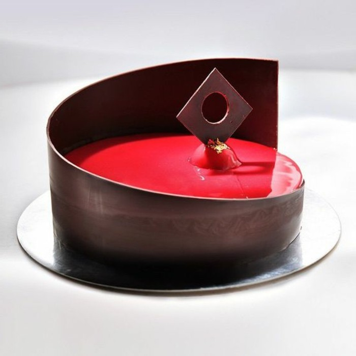 glacage-miroir-dessert-au-chocolat-avec-glacage-rouge