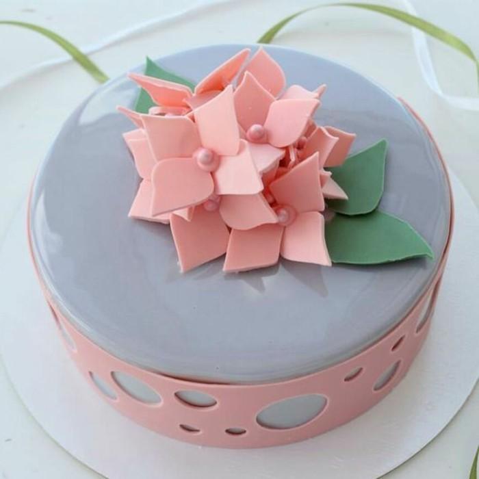 glacage-miroir-en-bleu-et-rose-tarte-sophistiquee-avec-petales-en-fondant