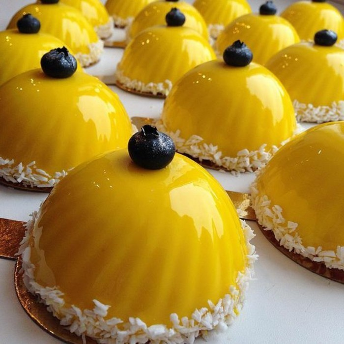 glacage-miroir-jaune-brillant-bouchees-sucrees