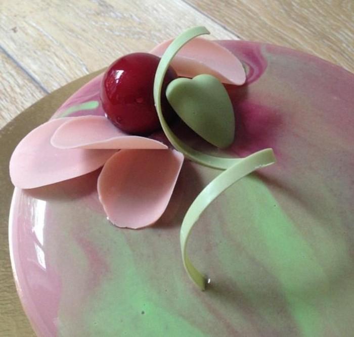 glacage-miroir-marbre-rose-et-vert-menthe-gateau-original