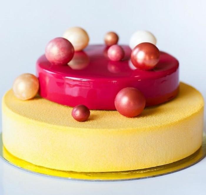 glacage-miroir-sculptures-en-fondant-colore-sur-gateau-jaune