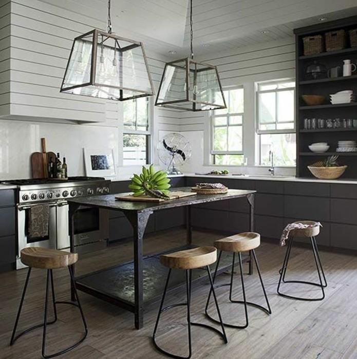 idee-deco-excellente-pour-votre-cuisine-industrielle-meubles-industriels-couleur-anthtracite-murale-credence-et-plan-de-travail-blancs-table-en-bois-vintage