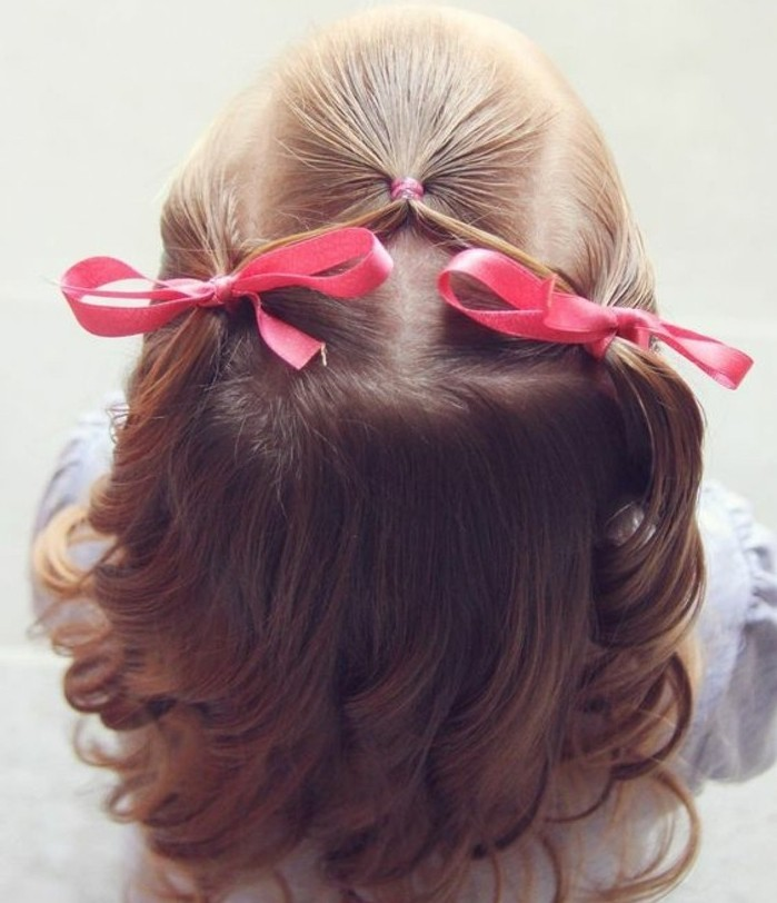 idee-de-coiffure-bebe-fille-pour-une-fille-aux-cheveux-fins-deux-rubans