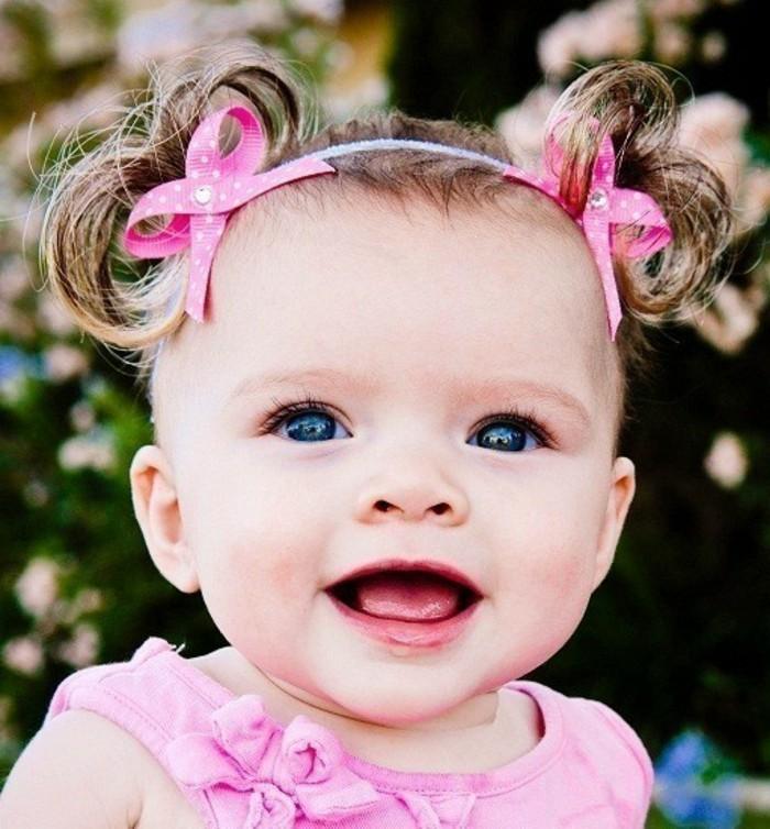 idee-geniale-et-tres-mignonne-coiffure-bebe-fille-avec-des-queues-de-cheval-minuscules