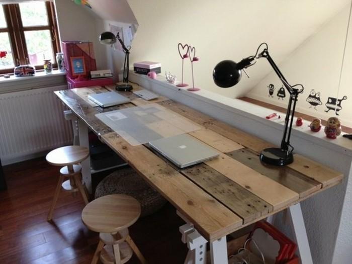 idee-geniale-pour-fabriquer-un-bureau-en-palette-meuble-en-palette-pour-une-ambiance-naturelle