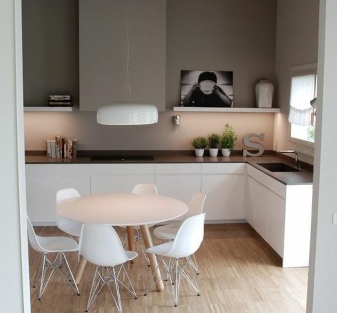 idee-magnifique-comment-repeindre-sa-cuisine-cuisine-blanche-et-grise-plan-de-travail-marron-chaises-et-table-blanches