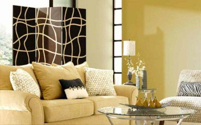 idee-peinture-salon-taupe-canape-beige-coussins-beiges-table-basse-en-verre