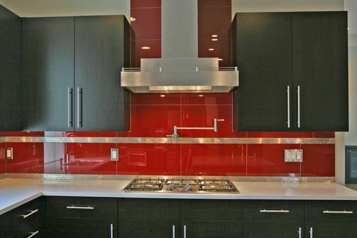 idee-pour-une-cuisine-taupe-meuble-de-cuisine-placards-couleur-gris-taupe-carrelage-rouge-une-cuisine-trop-stylee-design-contemporain