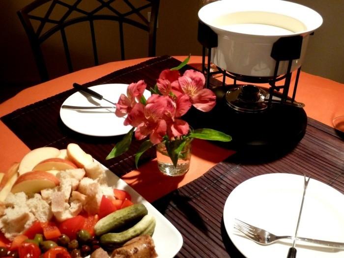 idee-repas-amoureux-repas-au-chandelle-couple-fondue-et-table-decore-avec-fleurs