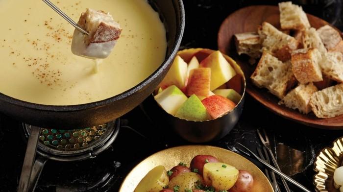 idee-repas-amoureux-repas-au-chandelle-couple-le-fondue