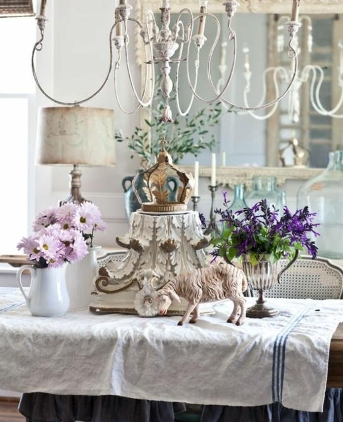 idee-tres-interessante-pour-votre-table-de-paques-jolie-piece-decorative-au-centre-agneau-de-paques-et-fleurs