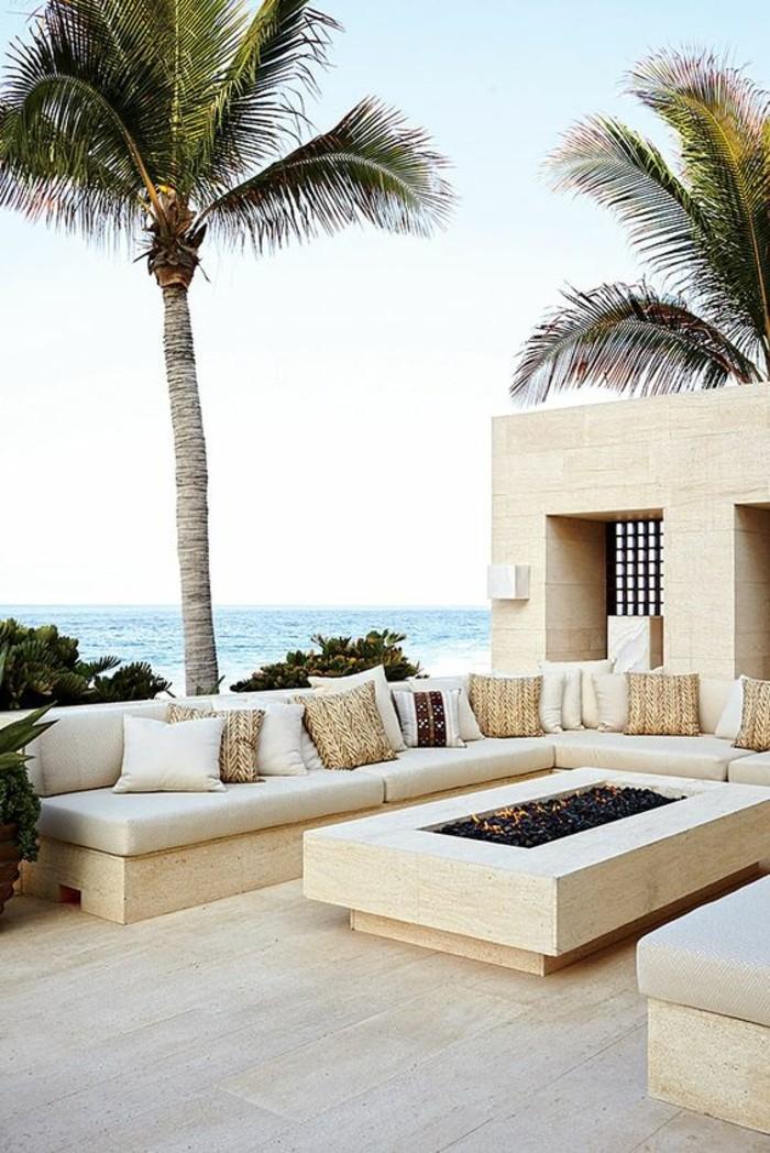 immobilier-espagne-bord-de-mer-blanc-meubles-dehors-vert