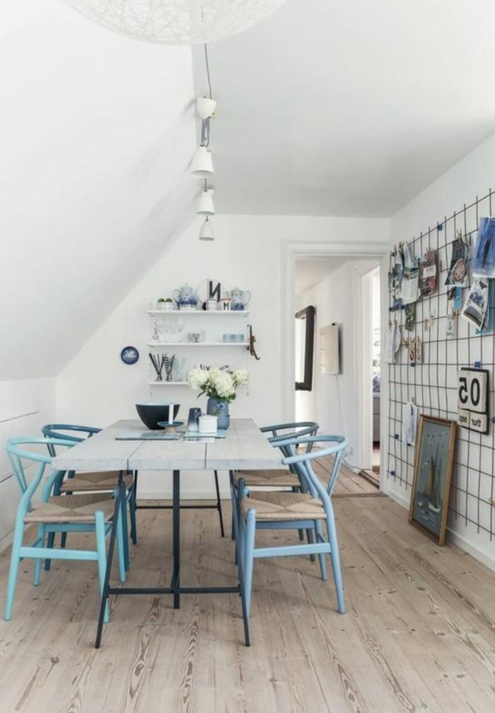 immobilier-espagne-bord-de-mer-bleu-chaises-mur-blanc-col-en-bois
